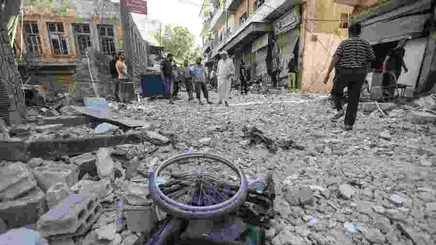 24.jul.2019 - Cadeira de rodas é vista próxima a destroços de um prédio bombardeado em Ariha, sul da província de Idlib, na Síria - Omar Haj Kadour/AFP