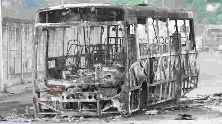 4.out.2019 - Ônibus incendiado no Chapadão, na zona norte do Rio. Policiais foram acionados após tiroteios entre traficantes rivais na noite de quinta (3) - JOSE LUCENA/ESTADÃO CONTEÚDO - JOSE LUCENA/ESTADÃO CONTEÚDO