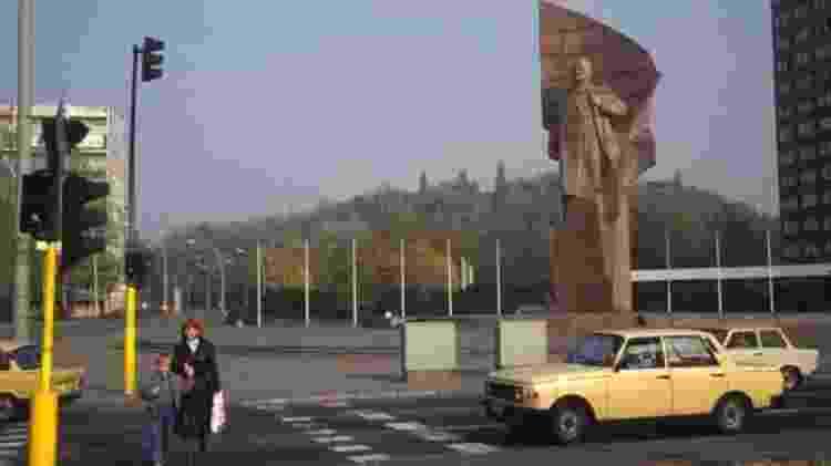 Em outubro de 1989, a estátua de Lenin ainda estava na Praça Lenin, em Berlim Oriental - Getty Images
