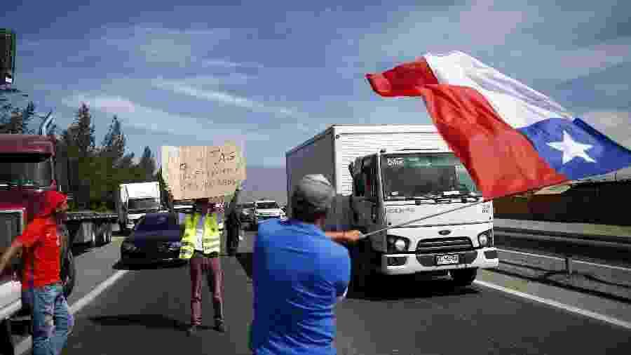 Pessoas protestam com seus carros, caminhões e táxis em Santiago - Pablo Vera/AFP