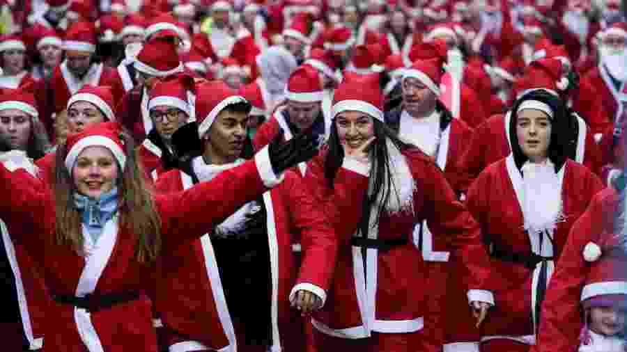 Milhares de pessoas vestidas de Papai Noel participam de corrida beneficente em Glasgow, na Escócia - Getty