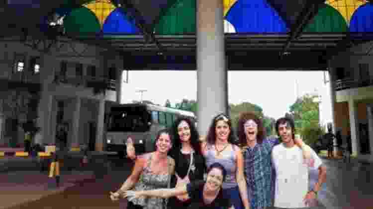 Artur e grupo de amigos brasileiros embarcaram para o Peru no fim de setembro de 2012; ele optou por permanecer, após os outros turistas retornarem - Arquivo pessoal