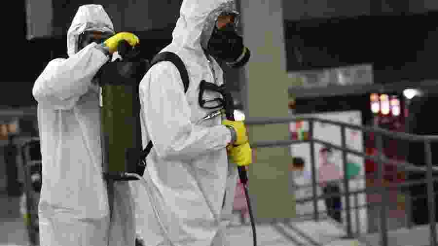 28.mar.2020 - Militares do Exército desinfectam a Estação Central do metrô de Brasília para tentar reduzir as transmissões do novo coronavírus na capital federal - MATEUS BONOMI/AGIF/ESTADÃO CONTEÚDO