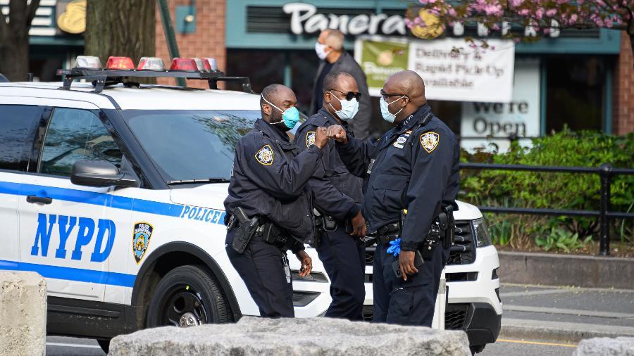 Policiais usam máscara de proteção contra coronavírus enquanto trabalham em Nova York, nos Estados Unidos - Getty Images