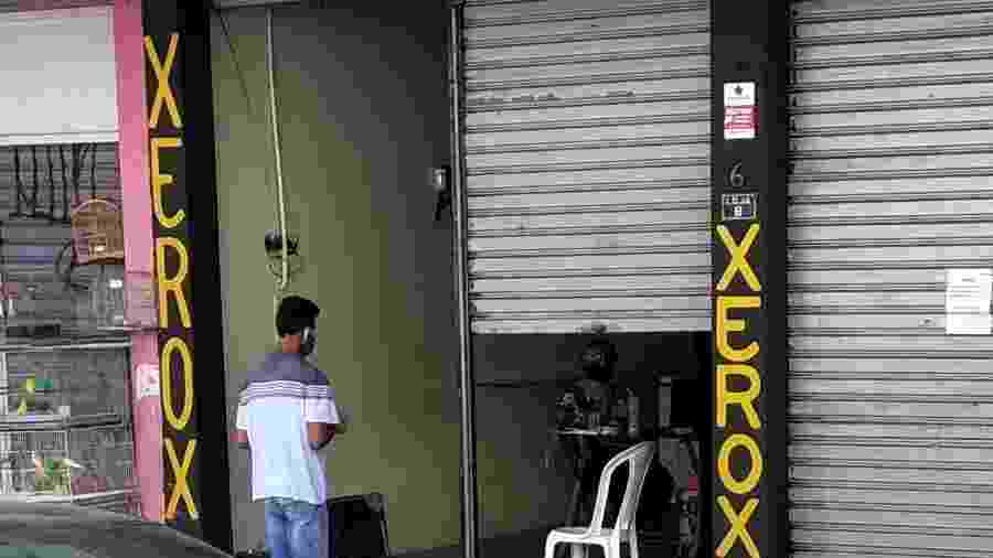 13.mai.2020 - Cliente é atendido em loja que desrespeita regras de isolamento em Santa Cruz, na zona oeste do Rio - Igor Mello/ UOL