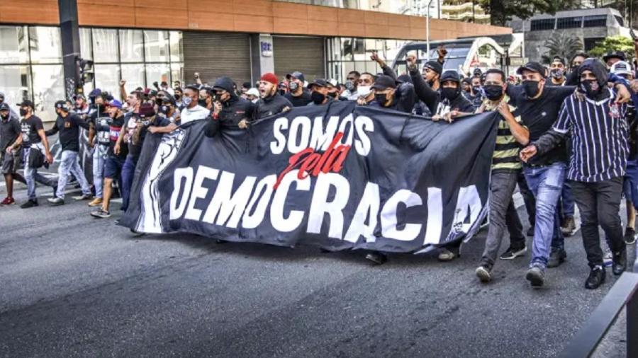 Protesto na Paulista com faixa em defesa da democracia - Casimiro/Fotoarena/Estadão Conteúdo
