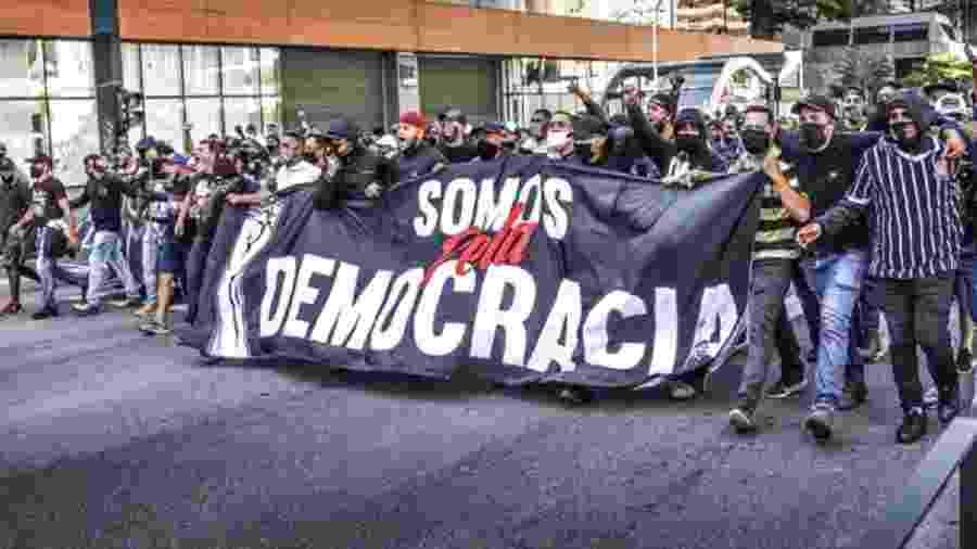 Manifestantes na Avenida Paulista. O coronavírus pede prudência. Mas é preciso estar atento contra o patógeno da fascistização - Casimiro/Fotoarena/Estadão Conteúdo