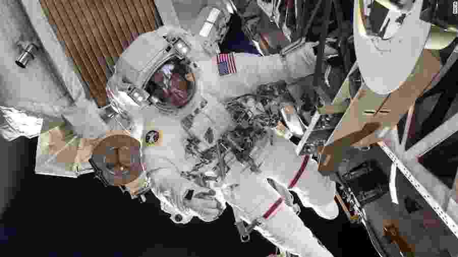 O astronauta Chris Cassidy durante uma caminhada no espaço em 2013. Sete anos depois, em 2020, uma parte de seu traje se desprendeu enquanto ele estava no espaço - Divulgação/Nasa