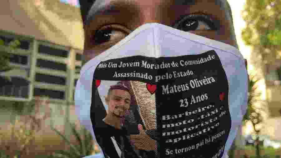 7.jul.2020 - Matheus Martins (foto), que estava na garupa da moto conduzida por Matheus Oliveira, protestou em frente à DH da Capital - Herculano Barreto Filho/UOL