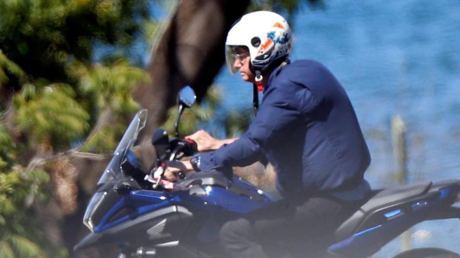 23.jul.2020 - Bolsonaro dirige motocicleta na área externa do Palácio da Alvorada - Adriano Machado/Reuters