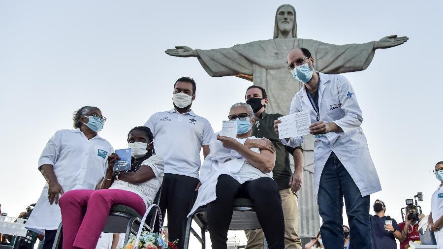 Mulheres recebem a primeira dose da vacina Coronavac no Rio no dia 18 de janeiro - THIAGO RIBEIRO/ AGIF/ ESTADÃO CONTEÚDO