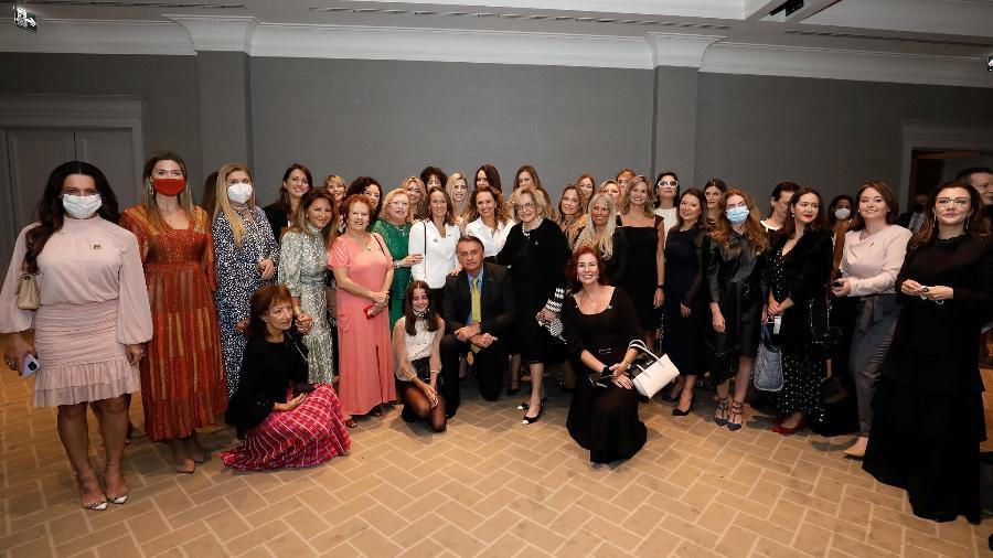 Sem máscara e sem distanciamento, Bolsonaro posa para foto com empresárias e a deputada Carla Zambelli (PSL-SP) - Alan Santos