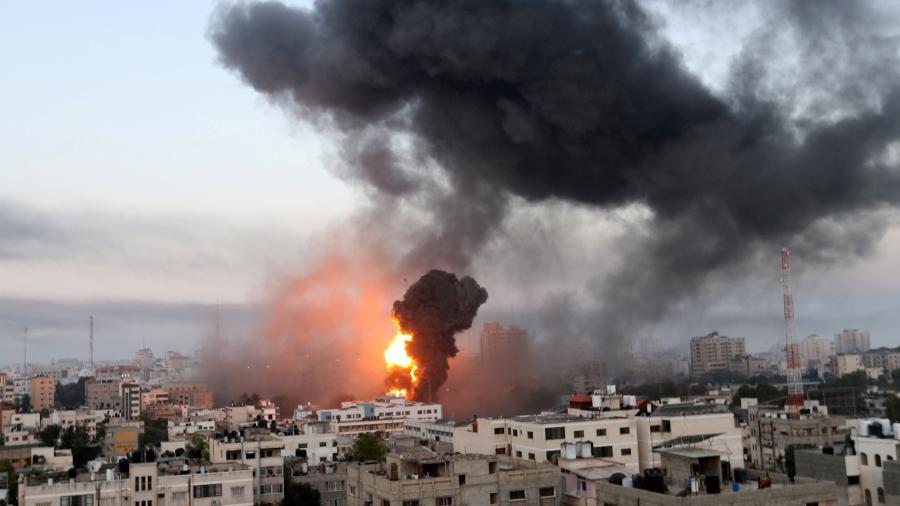 Fumaça e chamas em Gaza durante ataque aéreo de Israel  - 13.mai.2021 - Ibraheem Abu Mustafa/Reuters