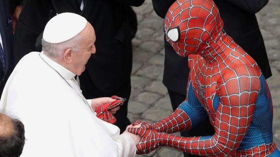 Após Audiência Geral no Vaticano, papa Francisco cumprimenta uma pessoa vestida de Homem-Aranha e ganha máscara de presente. - Remo Casilli/REUTERS