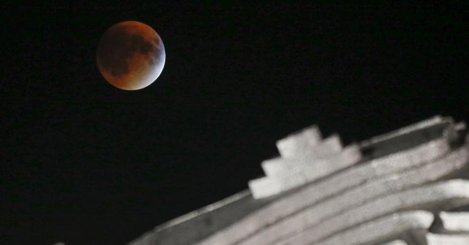 28.set.2015 - Eclipse da Superlua é visto Nova York, nos Estados Unidos