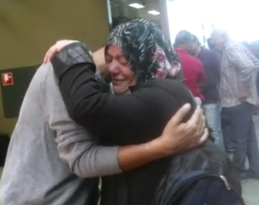 1º.out.2015 - A síria Fakhria perdeu-se do seu filho Mahmoud e do restante da família na Hungria e reencontrou-o na Áustria
