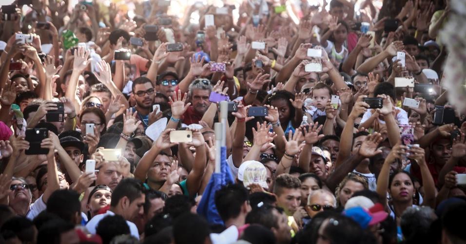 11.out.2015 - Fiéis tiram fotos durante a procissão do Círio de Nazaré, em Belém, que reúne cerca de dois milhões de devotos a Virgem de Nazaré. Promesseiros acompanham a caminhada de joelhos, descalços, carregando objetos que simbolizam graças alcançadas e puxam a berlinda que leva a santa pela corda. O Círio é uma das festividades católicas mais tradicionais do Brasil
