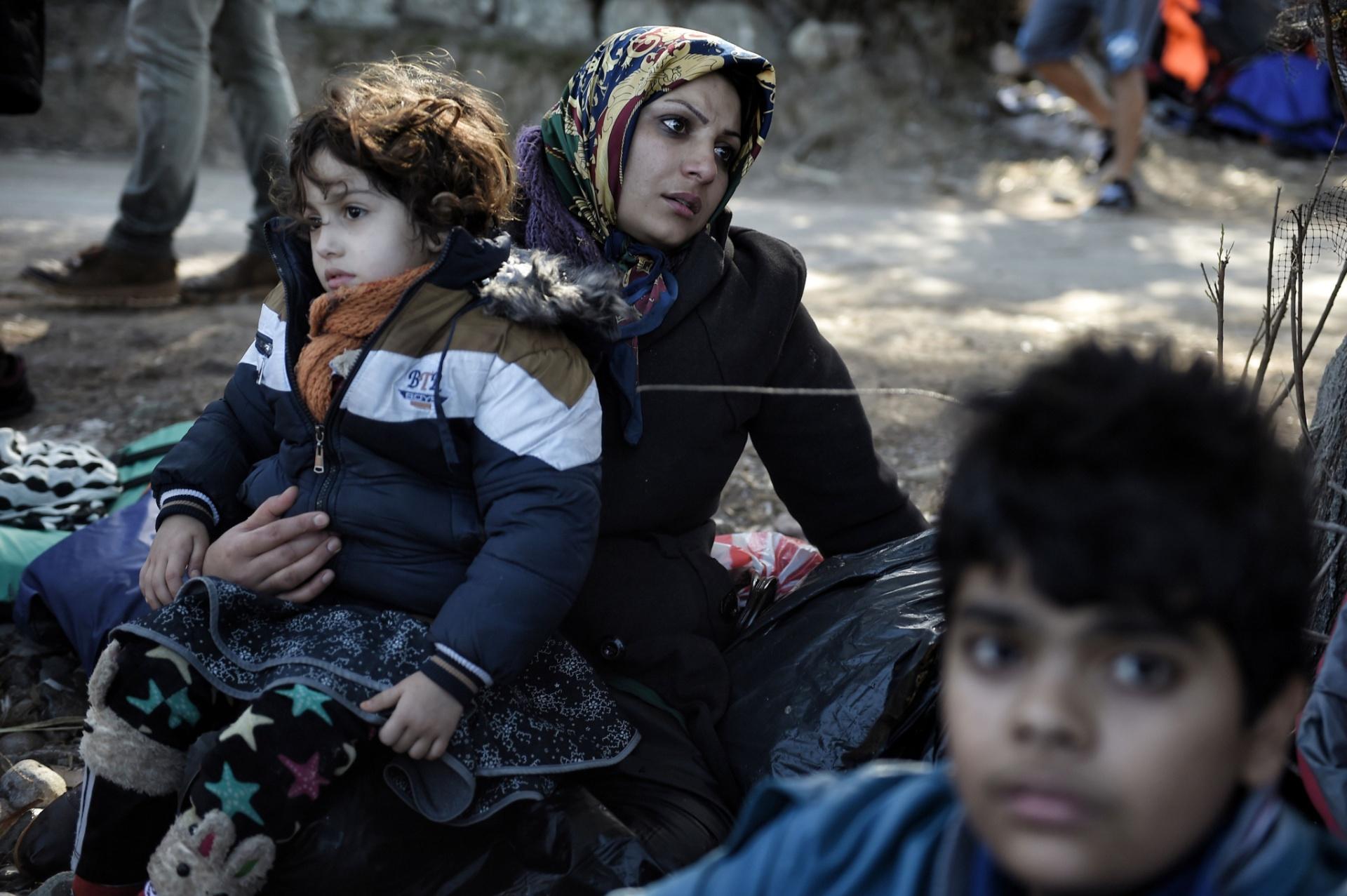 2.nov.2015 - Imigrantes chegam à ilha de Lesbos, na Grécia, depois de fazer a perigosa travessia pelo mar Egeu, partindo da costa da Turquia. Mais de 218 mil refugiados e imigrantes cruzaram o Mediterrâneo em direção a Europa, só neste mês de outubro -o que representa um recorde mensal, de acordo com a Organização das Nações Unidas