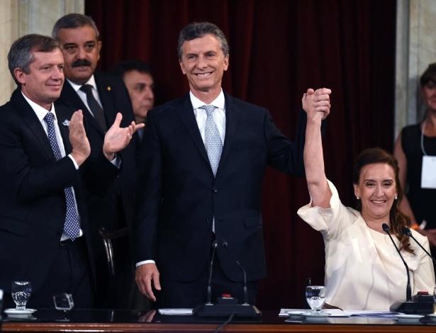 10.dez.2015 - Mauricio Macri (à esquerda) toma posse como presidente da Argentina, no Congresso Nacional, ao lado de Gabriela Michetti, vice-presidente