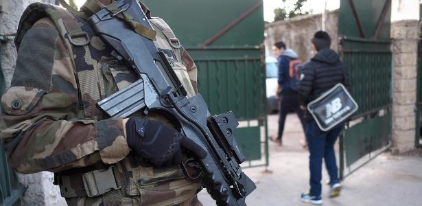 Soldado francês monta guarda diante da escola judaica La Source, em Marselha, no sul da França