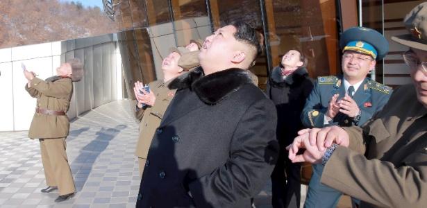 Líder norte-coreano Kim Jong-un observa foguete lançado de base no nordeste da Coreia do Norte