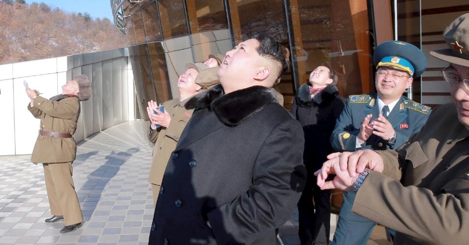 7.fev.2016 - Líder norte-coreano Kim Jong-un observa foguete lançado de base no nordeste da Coreia do Norte. Pyongyang afirma que o lançamento foi feito para colocar em órbita o satélite de observação da Terra Kwangmyong 4, enquanto autoridades internacionais e a ONU acusam o país de disfarçar o teste de um foguete balístico com capacidade de atingir os EUA