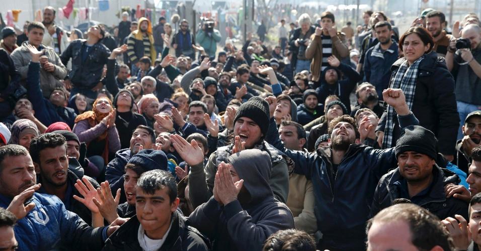 3.mar.2016 - Refugiados bloqueiam linha férrea na fronteira entre a Grécia e a Macedônia perto da aldeia de Idomeni (Grécia), em protesto contra o fechamento da fronteira pelas autoridades macedônias. Nesta quarta-feira, a Macedônia autorizou a passagem de 170 imigrantes; cerca de 10 mil aguardam junto à fronteira