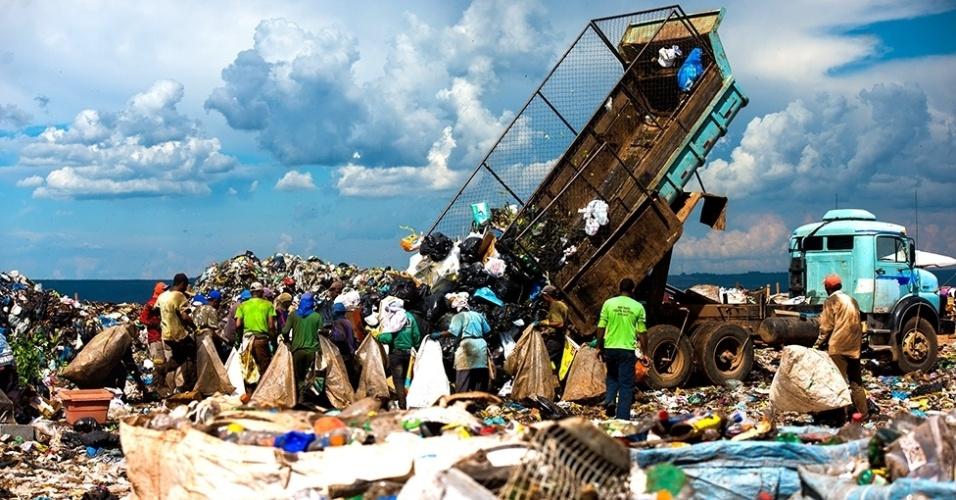 12.mar.2016 - O lixão ocupa uma área com 2 milhões de metros quadrados e tem 50 metros de altura. E o Distrito Federal produz cerca de 8.700 toneladas de lixo por dia