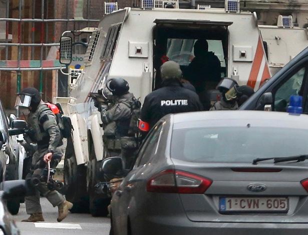 Policiais entram em ação no subúrbio de Molenbeek, em Bruxelas, na Bélgica