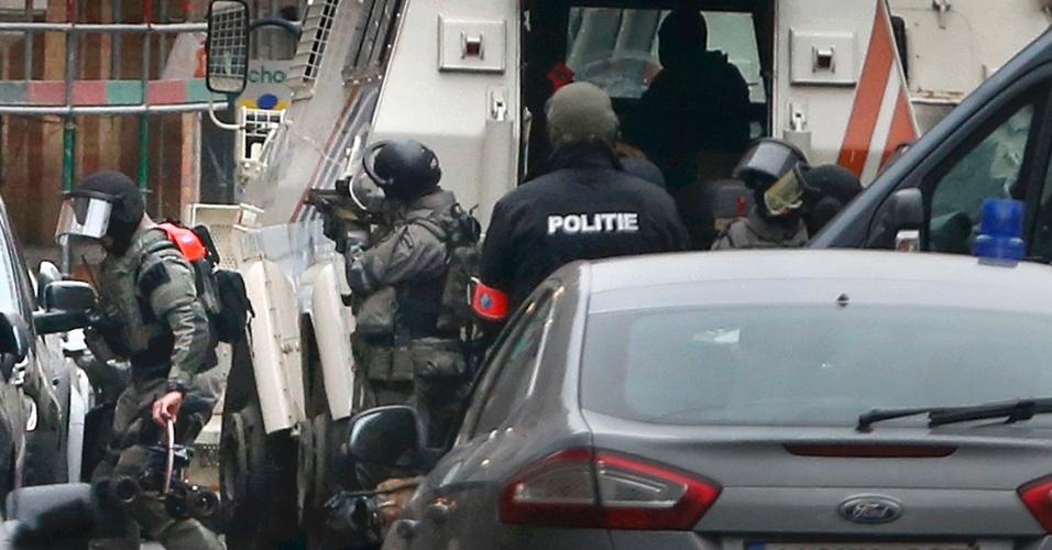 18.mar.2016 - Policiais entram em ação no subúrbio de Molenbeek, em Bruxelas, na Bélgica