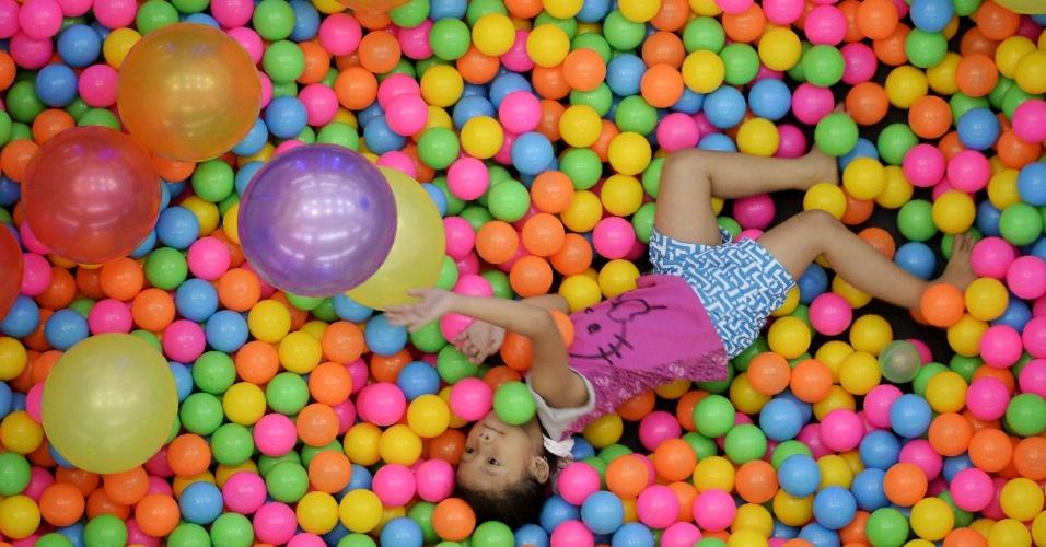 12.abr.2016 - Criança brinca em piscina de bolinhas num shopping de Manila, capital das Filipinas