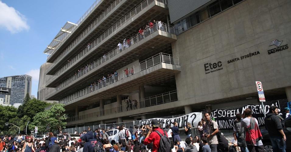 28.abr.2016 - Estudantes de escolas públicas realizam um ato em uma Etec em São Paulo nesta quinta contra os desvios na merenda e os cortes na rede estadual de SP