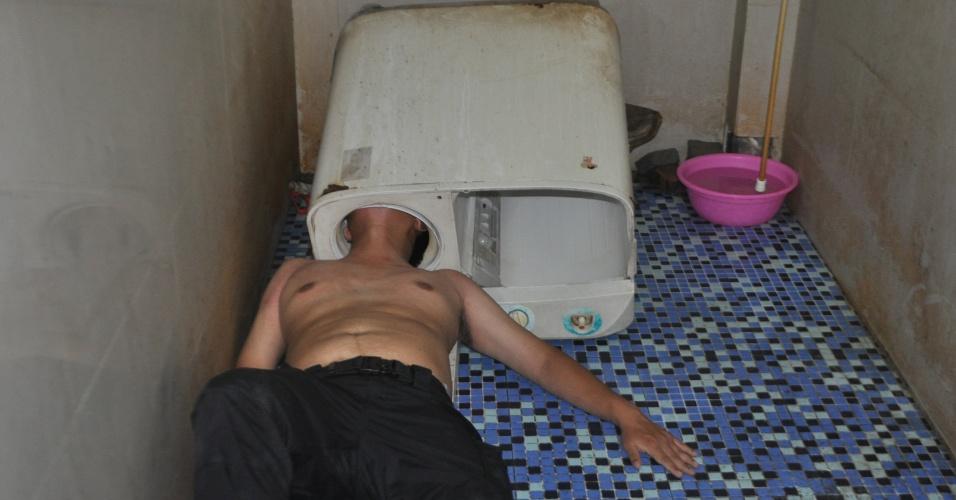 30.mai.2016 - Chinês prendeu a cabeça dentro de uma máquina de lavar ao tentar ver se ela estava funcionando, segundo a imprensa internacional. O acidente aconteceu no domingo, na província de Fujian. Os bombeiros levaram 40 minutos para retirá-lo de dentro da máquina. Ele não teve maiores ferimentos