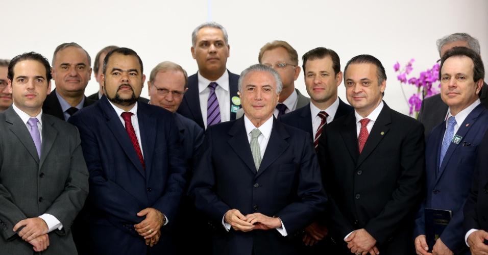 16.jun.2016 - O presidente interino, Michel Temer, recebe líderes religiosos na sala de audiência do Palácio do Planalto