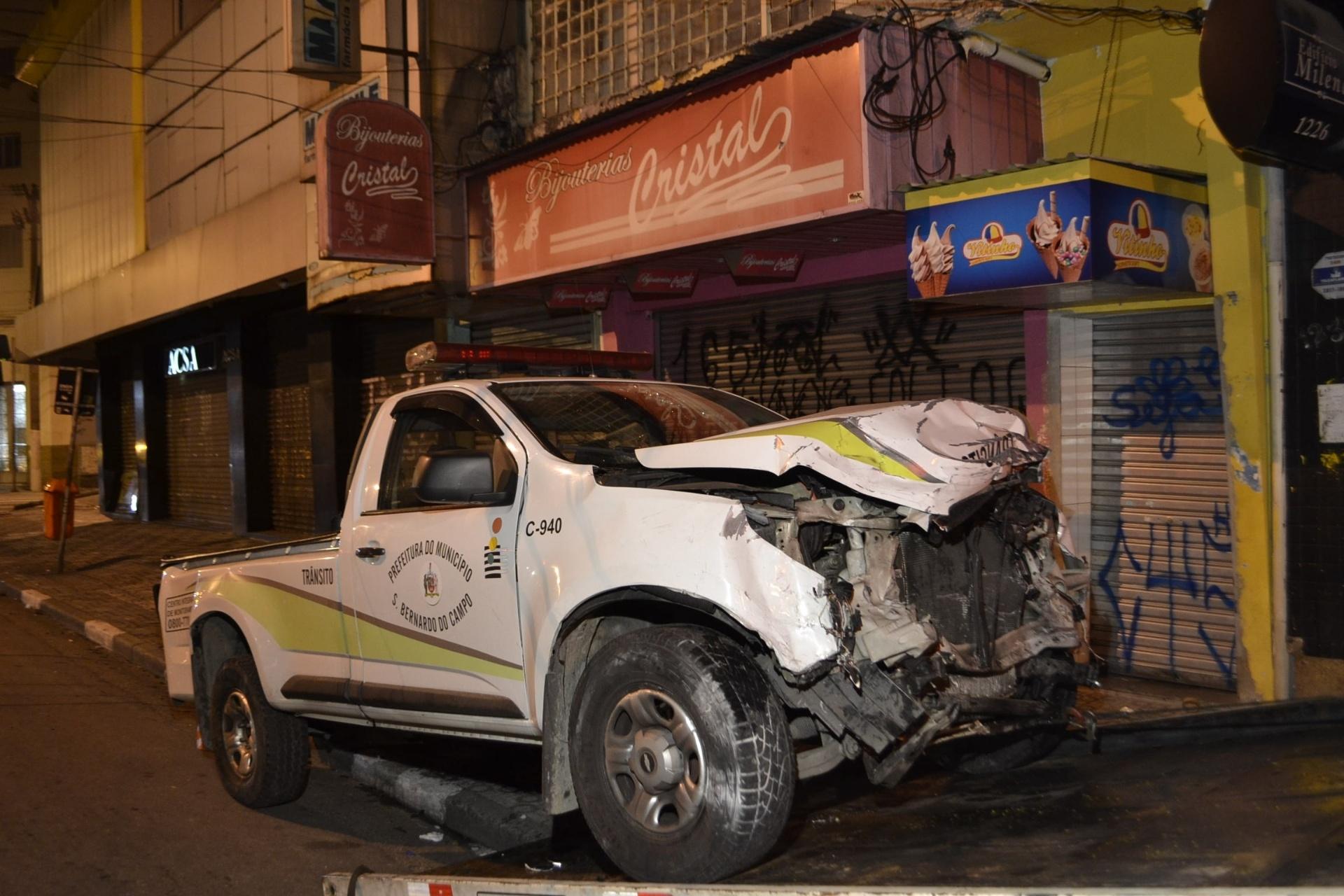 25.jun.2016 - Acidente grave envolvendo dois veículos deixa um morto e dois feridos na Avenida Marechal Deodoro em São Bernardo do Campo, em São Paulo. O acidente aconteceu após uma viatura do trânsito da cidade ultrapassar o farol vermelho. O caso esta sendo investigado pela delegacia de São Bernardo