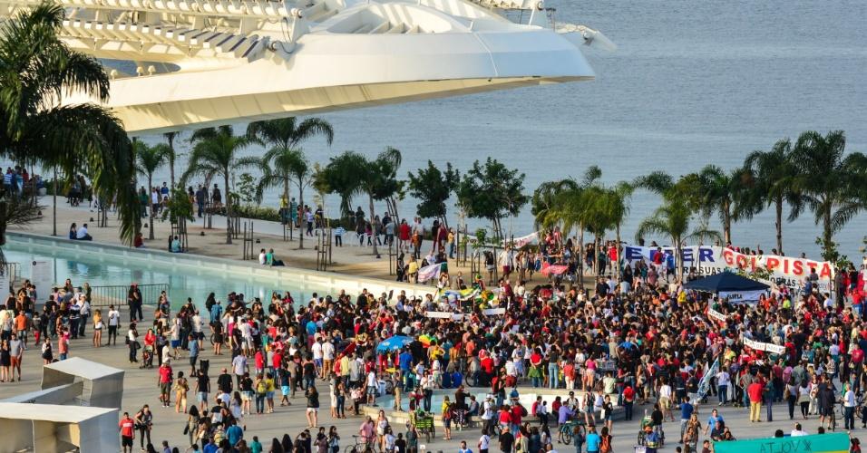 31.jul.2016 - No Rio de Janeiro, ato contra o presidente interino, Michel Temer (PMDB), e a favor da presidente afastada, Dilma Rousseff (PT), se reuniu na Candelária e seguiu até a Praça Mauá. Os manifestantes ainda passaram pelo Museu do Amanhã, novo ponto turístico carioca inaugurado para a Olimpíada