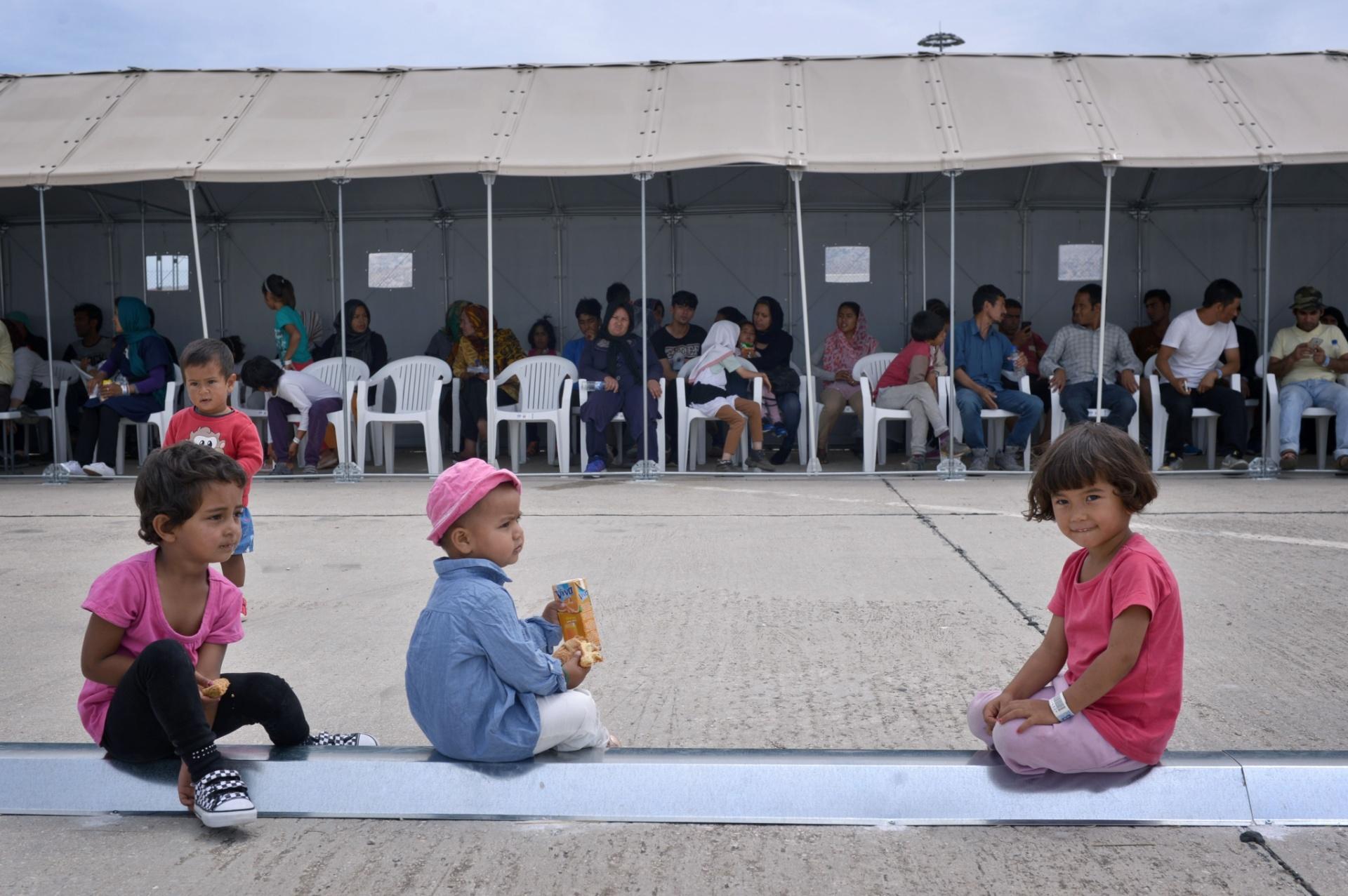 13.jun.2016 - Crianças refugiadas em local de registro de imigrantes no campo de Helliniko, na Grécia
