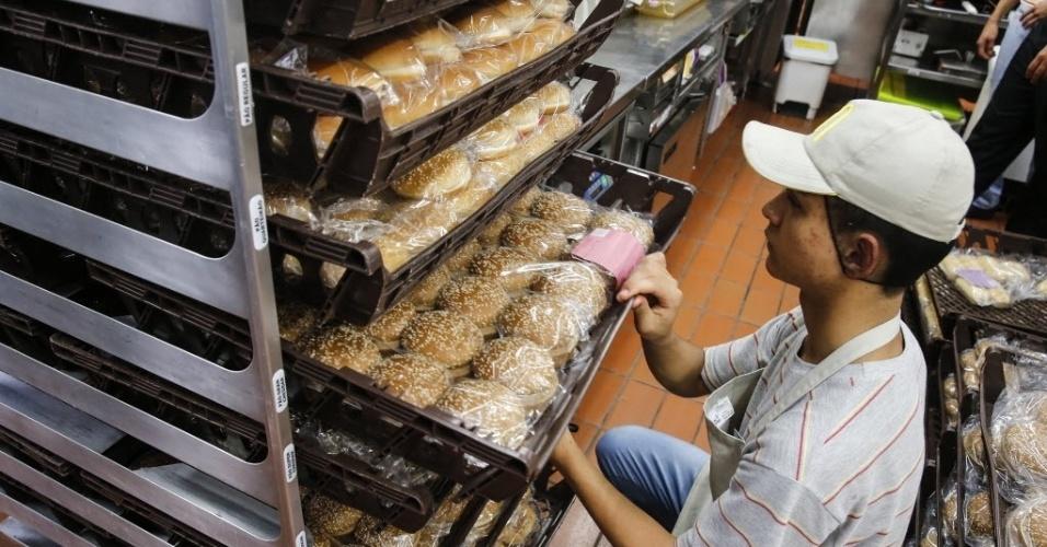 26.set.2016 - As etiquetas dos pacotes de pão são coloridas para que fique mais fácil identificar de que lanche é cada um