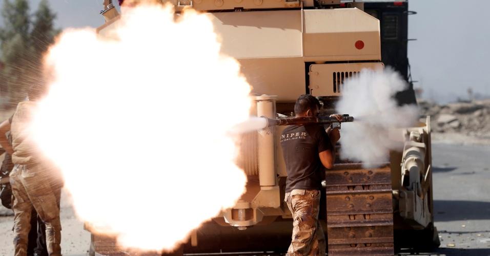 21.out.2016 - Soldado iraquiano dispara projétil durante ação contra o Estado Islâmico em Bartella, ao sul de Mossul