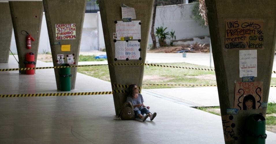 30.out.2016 - Alunos que ocupam Escola Estadual Milton Campos (foto), local de votação em Belo Horizonte (MG), foram isolados por cordões,