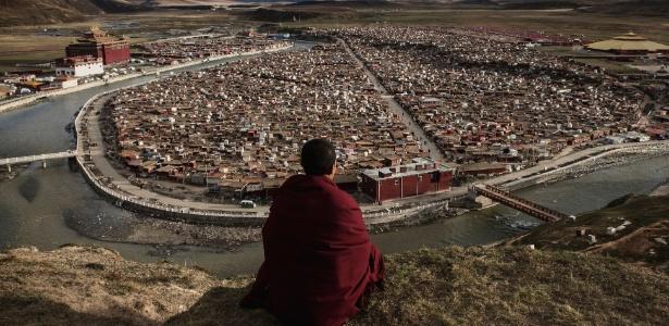 Monge observa a Yarchen Gar, uma das maiores comunidades de monjas do mundo, em Sichuan, China