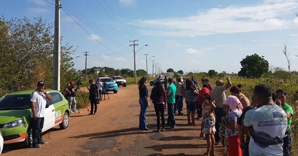 Familiares de presos aguardam informações do lado de fora da PAMC (Penitenciária Agrícola de Monte Cristo)