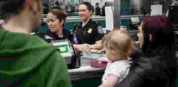 Família passa pelo guichê da imigração para a entrada nos EUA - Josh Denmark/Flickr U.S. Customs and Border Protection - Josh Denmark/Flickr U.S. Customs and Border Protection