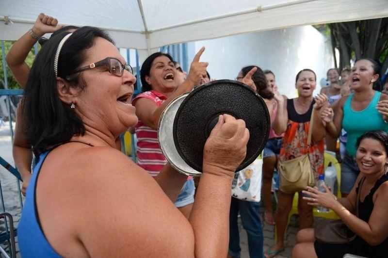 10.fev.2017 - Familiares de policiais militares do Rio de Janeiro fazem protestos para impedir saída de viaturas no 39° batalhão, em Belford Roxo, na Baixada Fluminense