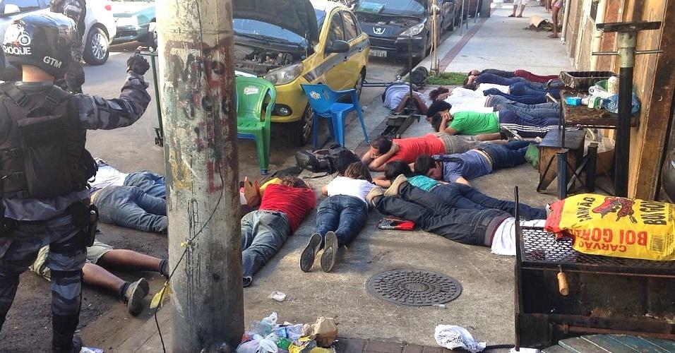 20.fev.2017 - Ao menos 17 pessoas foram detidas pela Polícia Militar nesta segunda-feira (20) durante um protesto contra a privatização da Cedae (Companhia Estadual de Águas e Esgotos) em frente à sede da companhia, no centro do Rio