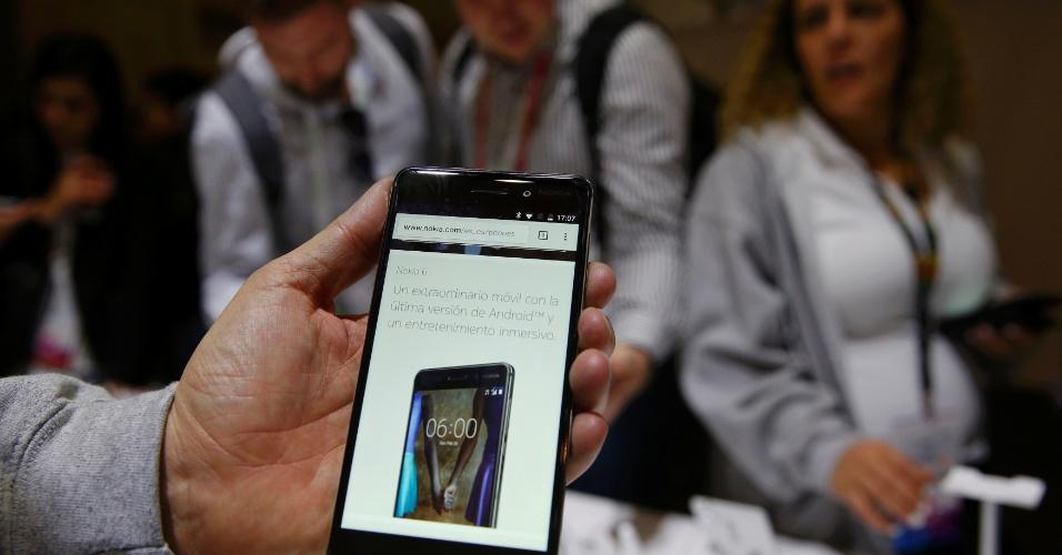 A nova Nokia já havia lançado um celular antes da Mobile World Congress (MWC) 2017 --o Nokia 6, que esgotou em 1 minuto quando começou a ser vendido na China. E a partir do anúncio deste domingo, o Nokia 6 será vendido globalmente por 229 euros (R$ 787). Este modelo intermediário traz sistema Android 7.0, tela de 5,5 polegadas Full HD, 3 GB de RAM, 32 GB de memória interna, câmeras de 16 MP (traseira) e 8 MP (frontal) e processador Snapdragon 430. Há ainda uma versão preta que vem com 64 GB de armazenamento e 4 GB de RAM