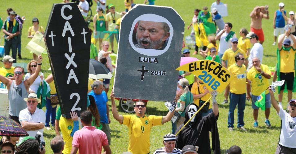 26.mar.2017 - Manifestantes se reúnem em Brasília para protestar a favor da Operação Lava Jato. Líderes do Movimento Vem Pra Rua e do MBL (Movimento Brasil Livre), que organizam os atos, elegeram o Congresso Nacional como principal foco das manifestações. Eles são contra a anistia ao caixa dois, o foro privilegiado e voto em lista fechada