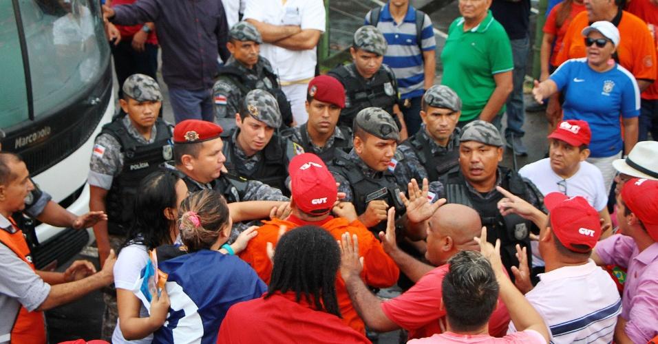 28.abr.2017 - Membros da CUT (Central Única dos Trabalhadores) bloqueiam a entrada do distrito industrial na Bola da Suframa. Houve confusão entre os manifestantes e policiais no início dos protestos