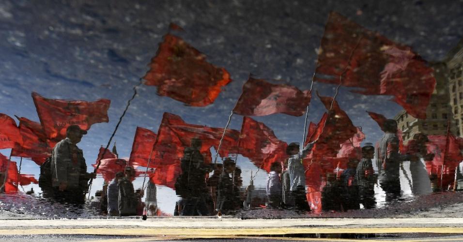 Partidários do partido comunista russo marcam preseça em marcha do Dia do Trabalho em Moscou