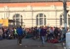 Após morte de mãe e filha, crianças recolhem cartuchos de balas e pedem paz na Mangueira - Silvia Izquierdo/AP